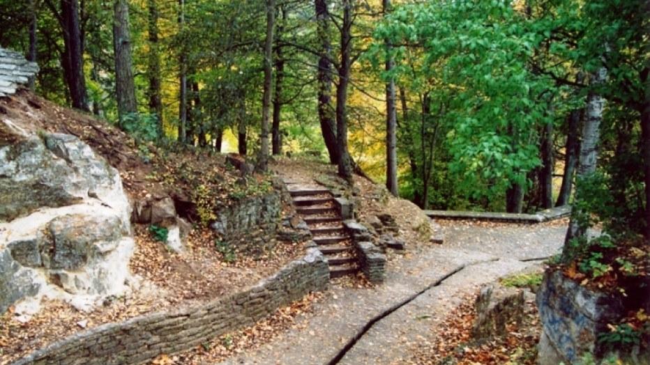 Toila Oru park Hõbeallika koobas
